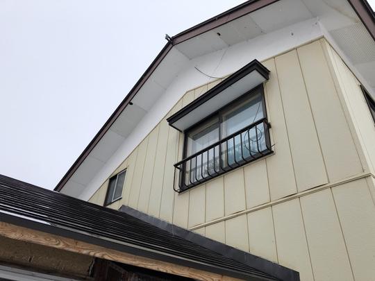 福島県耶麻郡北塩原村のご自宅で、キツツキが軒裏に穴をあけた被害を火災保険申請した事例
