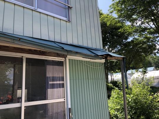 福島県耶麻郡北塩原村のご自宅で、雪によって壊れた外壁、屋根を火災保険申請した事例