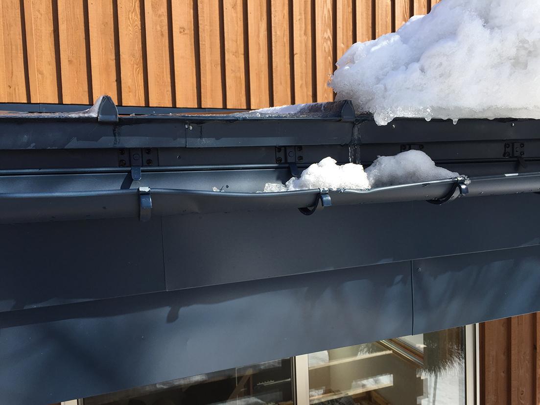 福島県耶麻郡猪苗代町の住宅で、雪で壊れた雨樋を火災保険を使って修理した屋根リフォーム事例