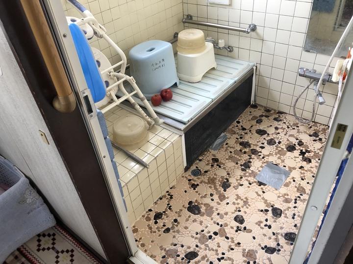 福島県会津若松市のマンション自宅で、使いにくい収納庫に無垢材で製作した棚を設置した家具製作事例