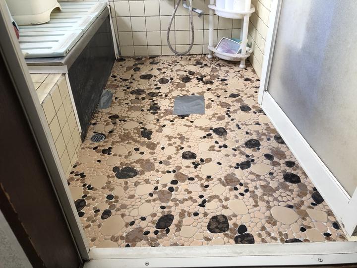 福島県会津若松市のご自宅で、老朽化で傷んだ浴室床タイルを滑りにくいリクシルタイルに交換した水回りフォーム事例